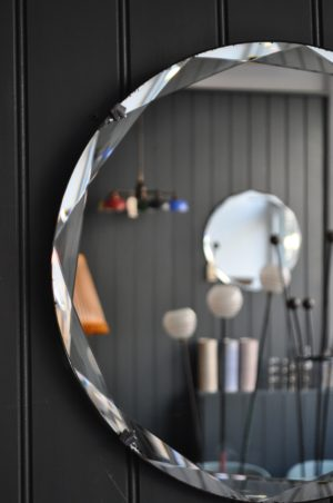 Bevelled frameless mirror